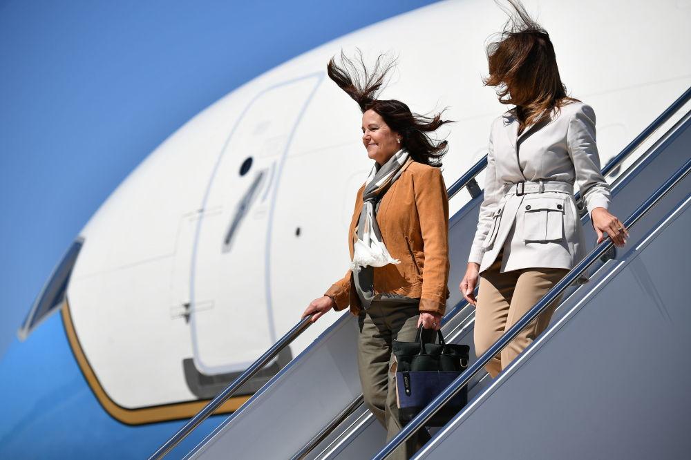 美国第一夫人梅拉尼娅·特朗普和美国副总统迈克·彭斯夫人凯伦·彭斯抵达北卡罗来纳州布拉格堡后走出飞机。