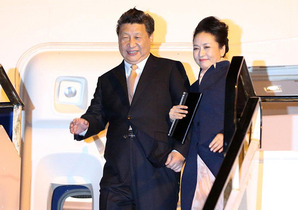 中国国家主席习近平携夫人抵达奥克兰国际机场。
