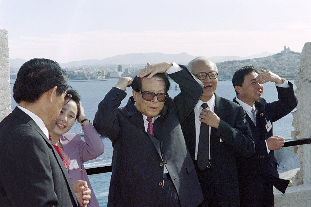 中国前国家主席江泽民出访法国。