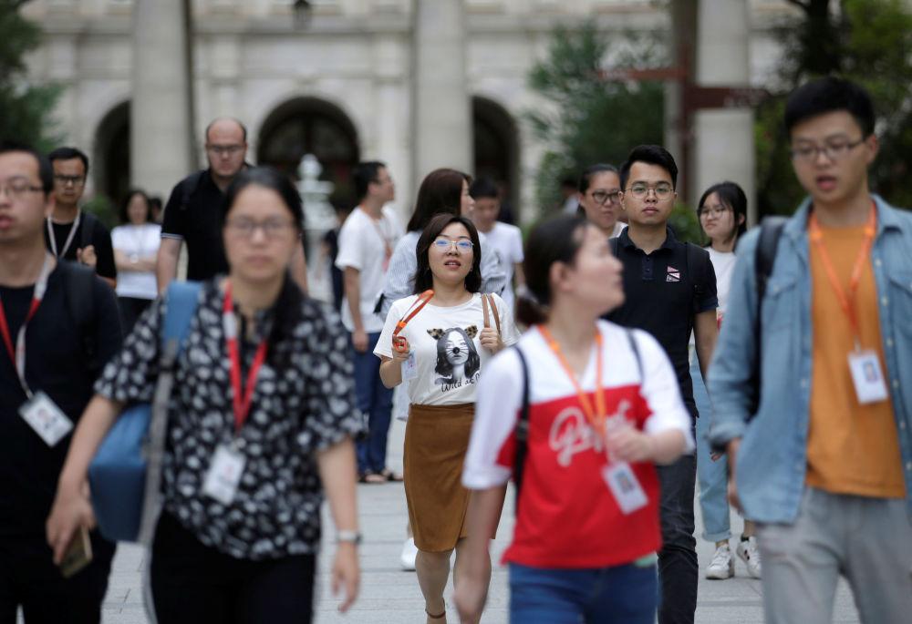 华为公司在全世界拥有超过18万名员工,其中一半从事研发工作