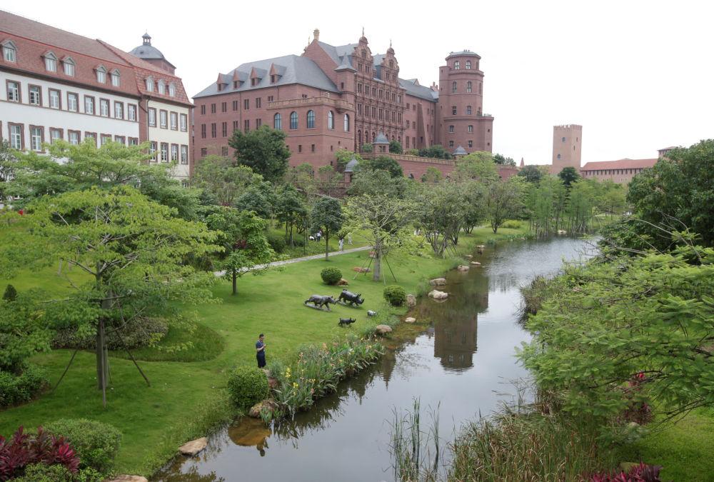 研究中心大楼好似著名的城堡和景点