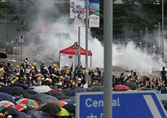 香港抗议者从市区主要道路撤离