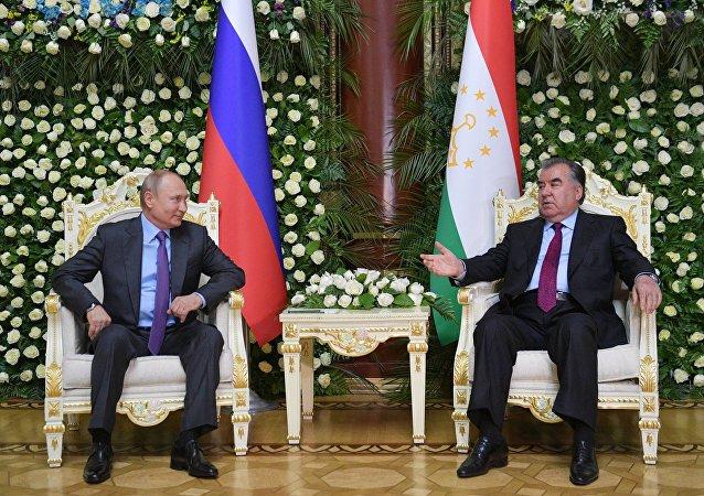Президент РФ Владимир Путин и президент Таджикистана Эмомали Рахмон (справа) во время встречи в Душанбе