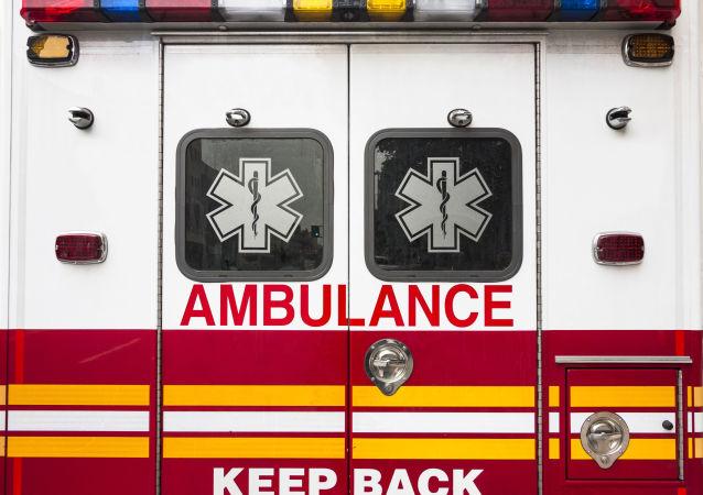 一美国女子手被车轮压住用脚打电话求助