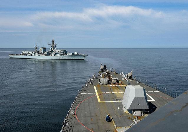 波兰舰船参加波罗的海北约演习时穿孔