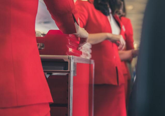 空姐介绍不能随身携带登机的食品
