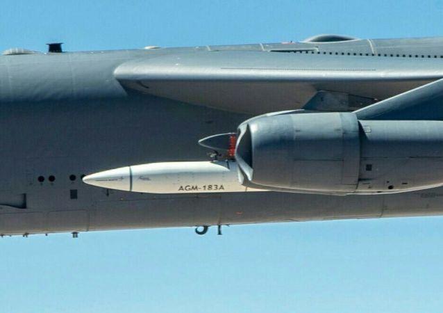 Гиперзвуковая аэробаллистическая ракета Air Launched Rapid Response Weapon на внешней подвеске стратегического бомбардировщика Boeing B-52H