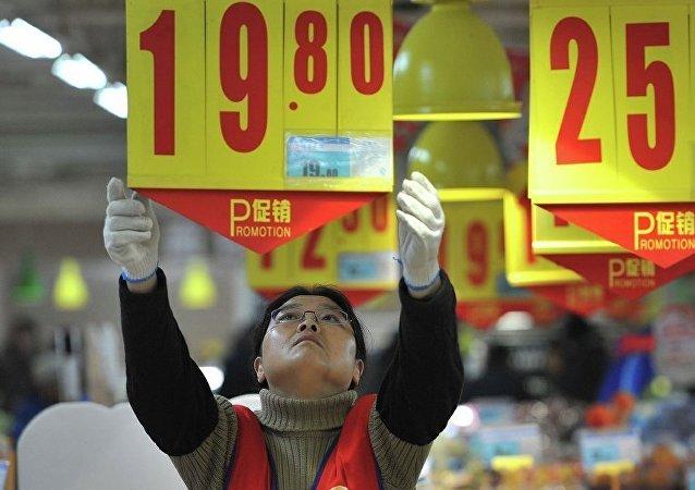 Китайский продавец вешает ценник в магазине