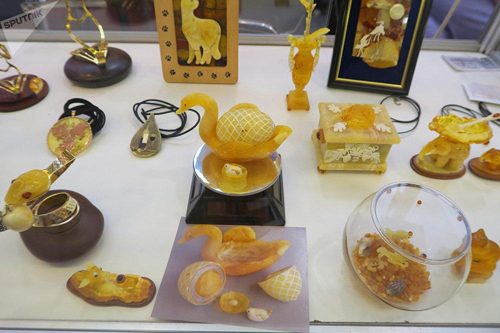 来自俄罗斯、中国、波兰和立陶宛的50家生产厂家在琥珀珠宝展上展出了自己的产品。