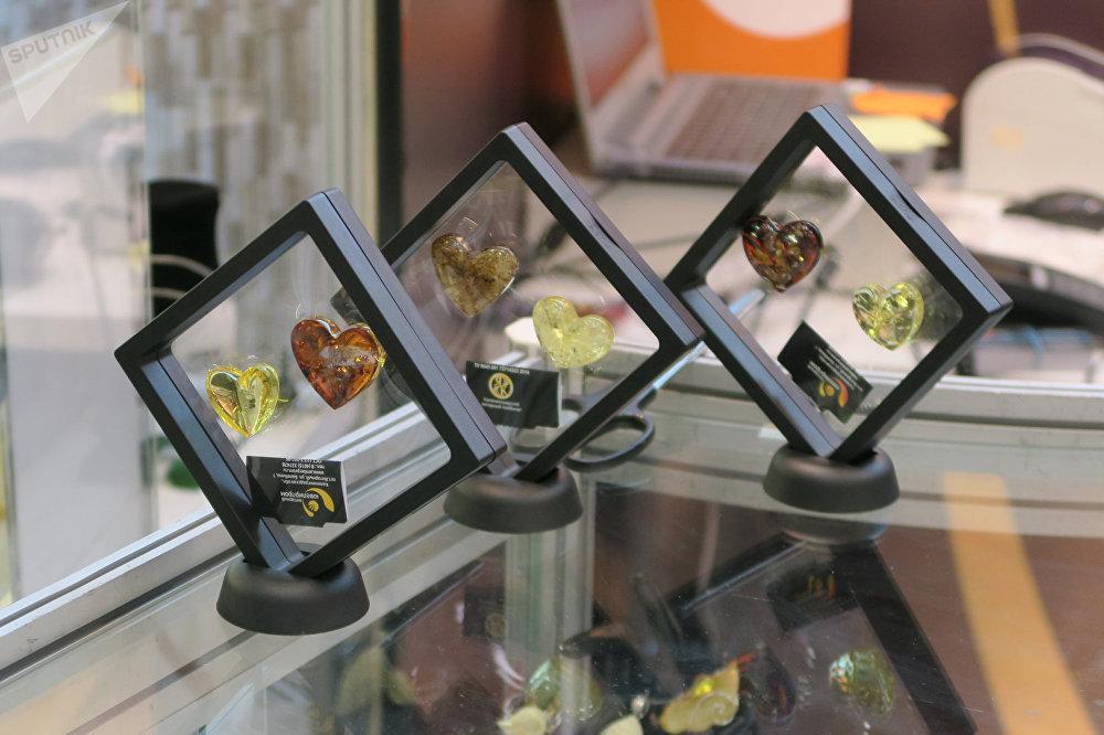 琥珀不仅可以制作珠宝饰品,还可以制作各种小雕像。