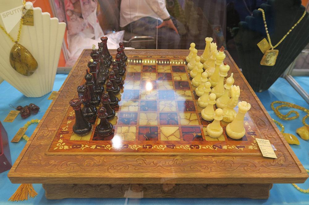 各种形状琥珀制成的象棋。