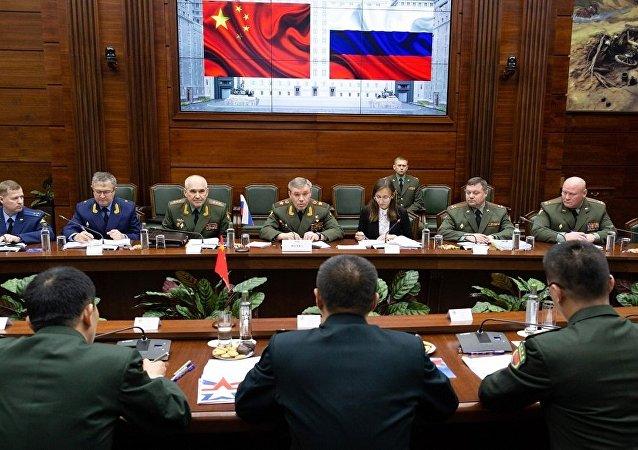 俄武装力量总参谋长格拉西莫夫与中国中央军委联合参谋部副参谋长邵元明