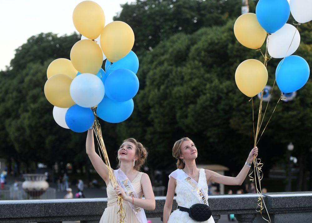 """在莫斯科高尔基中央文化休闲公园参加""""莫斯科毕业典礼""""的俄罗斯中学毕业生"""