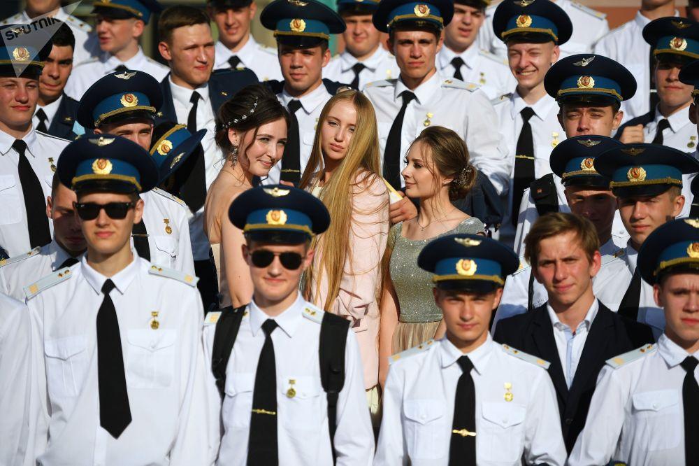 克里姆林宫国家大礼堂里的俄罗斯中学毕业生