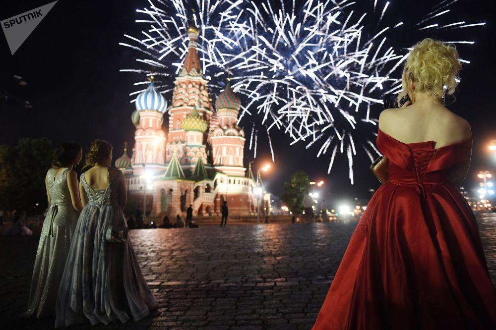 红场节日燃放烟花期间的俄罗斯中学毕业生