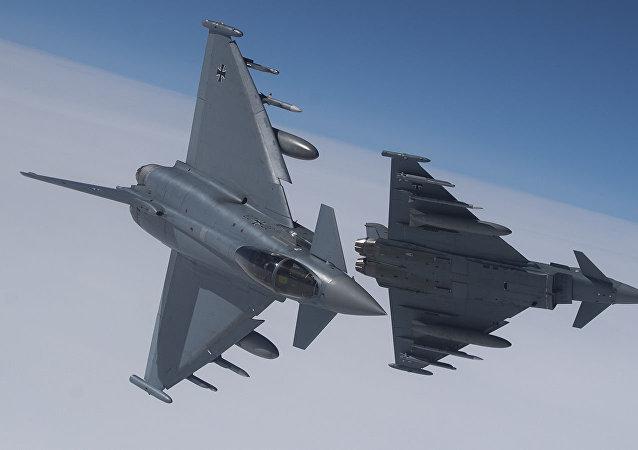 Немецкий истребитель Eurofighter Typhoon во время учений ВВС НАТО в воздушном пространстве Литвы