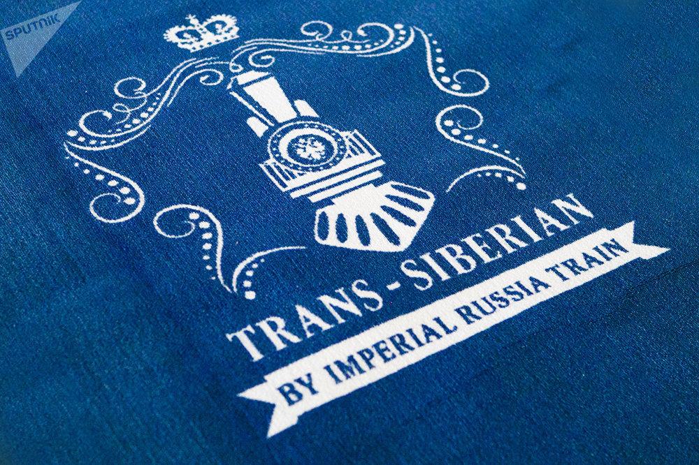 """从莫斯科出发前往北京的""""俄罗斯帝国号""""VIP列车的乘客前的红地毯"""