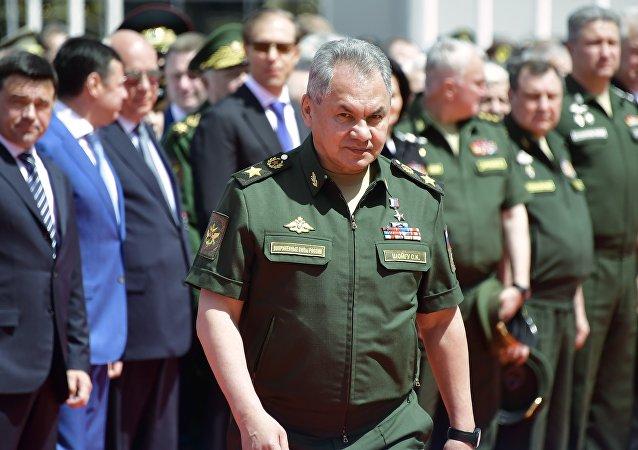 """俄防长在""""军队-2020""""论坛开幕前视察新型航空装备"""