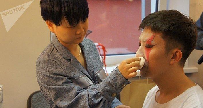 演员在演出前化妆