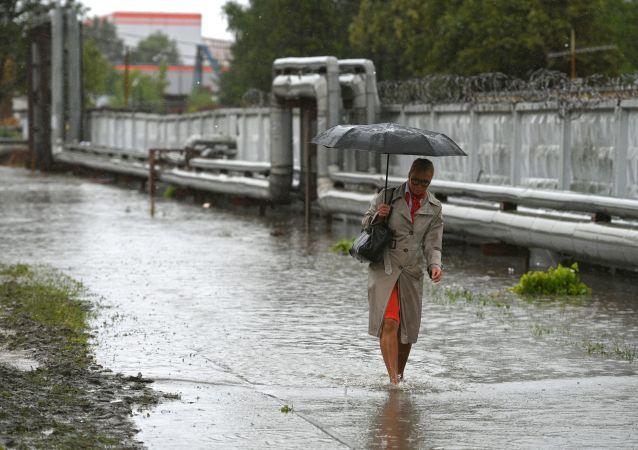 俄克拉斯诺亚尔斯克在暴雨过后动用特种装备排水