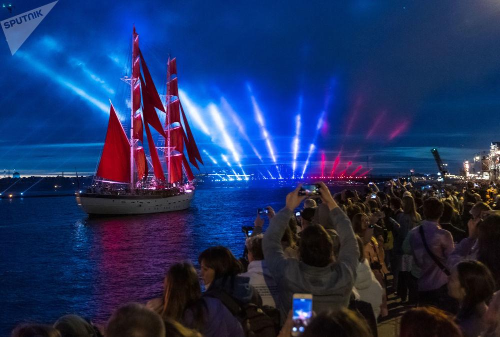 """圣彼得堡庆祝""""红帆节""""中学生毕业日"""