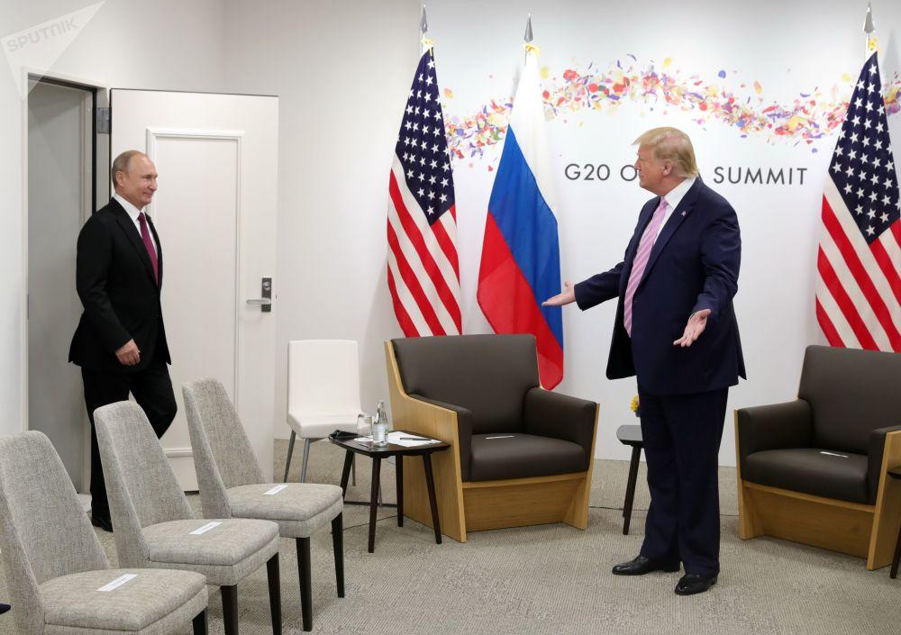 俄罗斯总统弗拉基米尔·普京和美国总统唐纳德·特朗普在大阪举行的G20峰会期间会晤