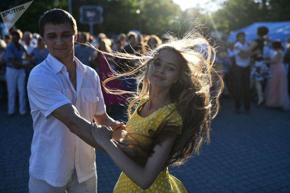 青年人在塞瓦斯托波尔城市舞会上起舞