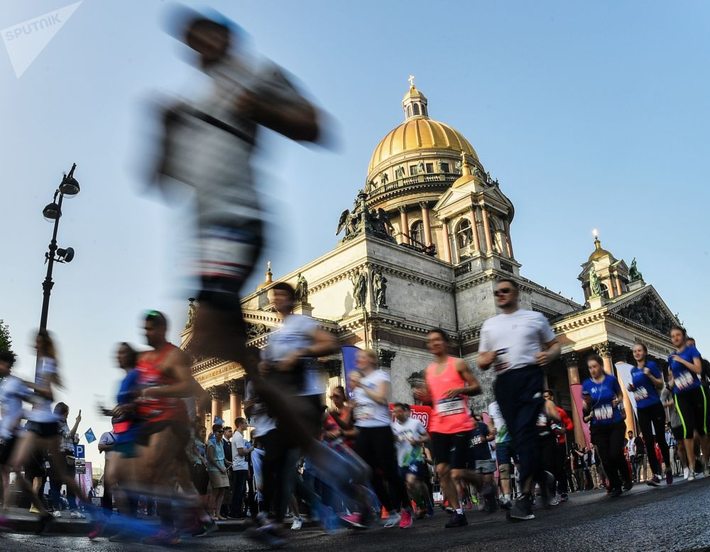 参赛者参加圣彼得堡国际经济论坛SPIEF跑赛的瞬间
