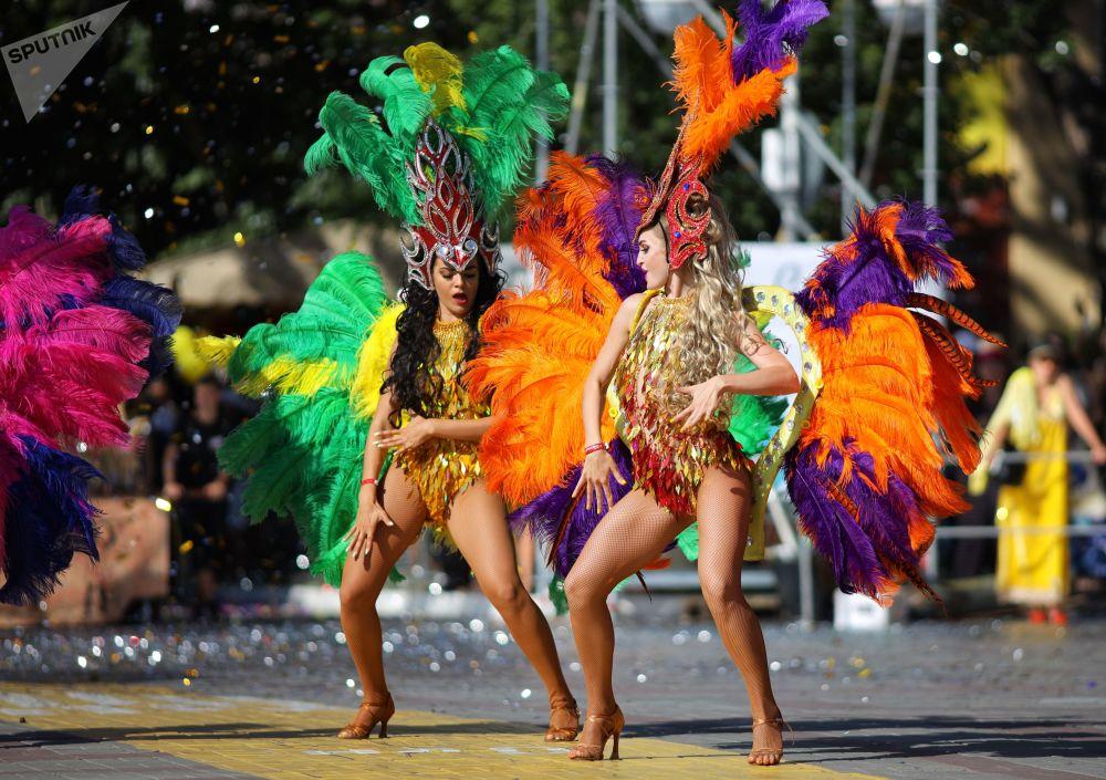 参加格连吉克狂欢游行的人们庆祝度假季拉开帷幕