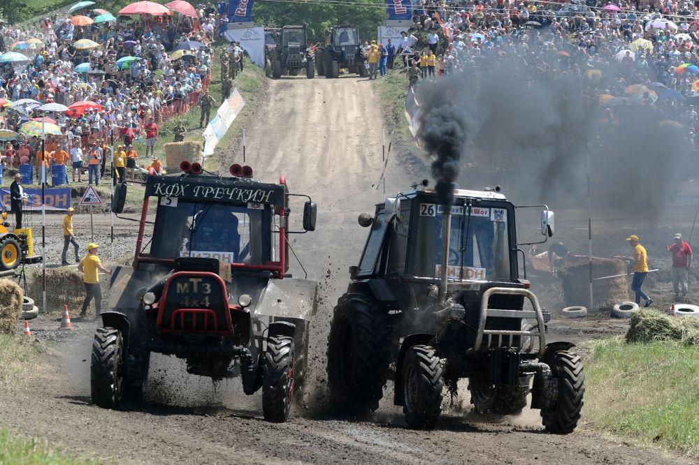 罗斯托夫州拖拉机比赛上的竞争对手