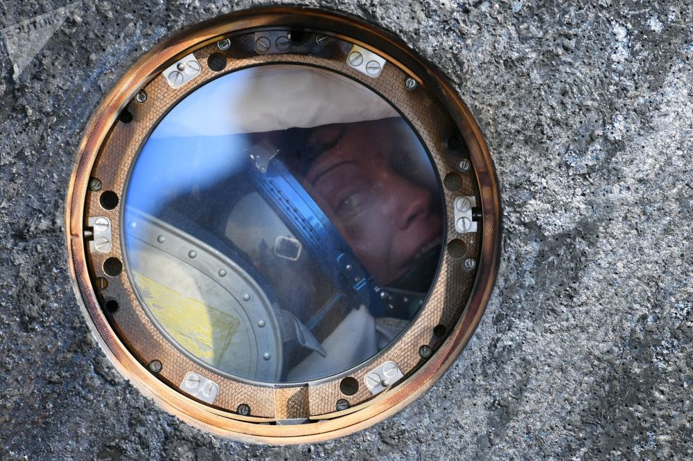 联盟号MS-11载人飞船在哈萨克斯坦着陆之后的美国宇航局宇航员安妮·麦克莱恩