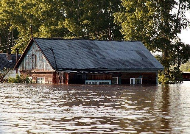 俄派1300余名官兵前往伊尔库茨克州受灾地区帮助救灾