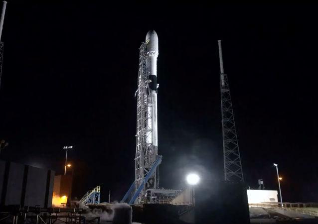 """SpaceX公司计划本周将60颗""""星链""""互联网卫星送入轨道"""