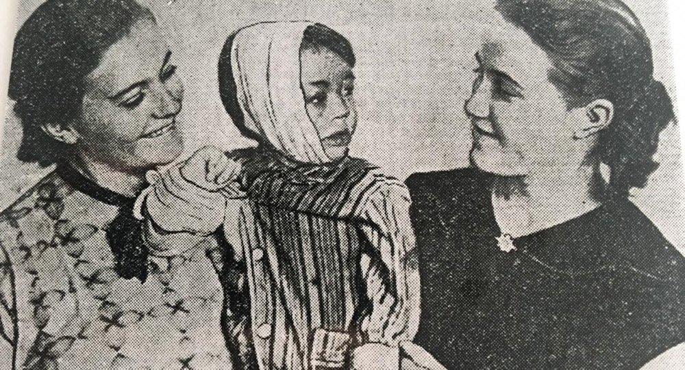 1958年,三岁的孟宪国和提供皮肤的瓦里娅·多罗什金娜(左)、瓦里娅·费拉托娃