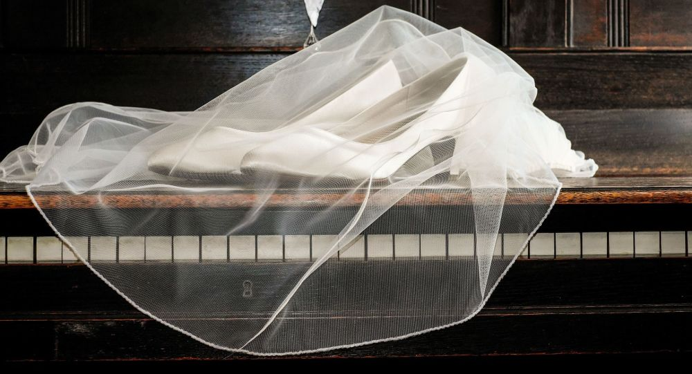 Свадебная фата на белых туфлях