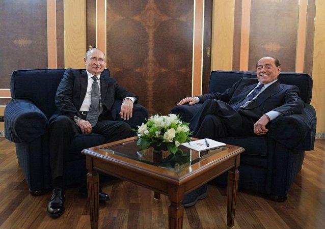普京在罗马机场会见贝卢斯科尼