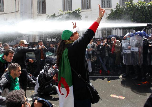 阿尔及利亚首都举行大规模反政府抗议活动