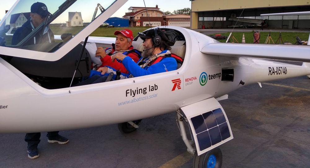 准备用装有太阳能电池的飞机