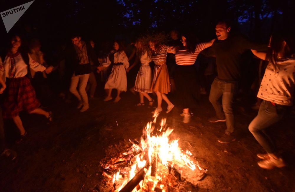 人们在伊凡·库帕拉节上跳圆圈舞