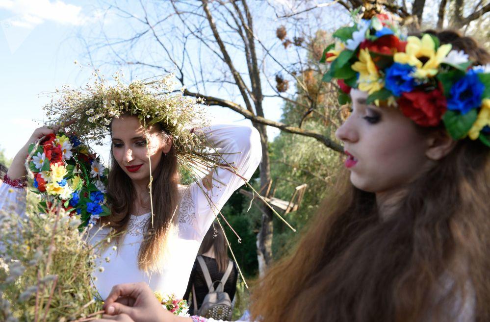 女孩子们在伊凡·库帕拉节上编花环