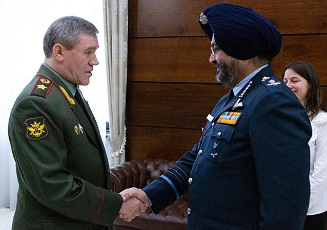 俄军总参谋长与印度空军参谋长表示愿继续加强两国军方联系