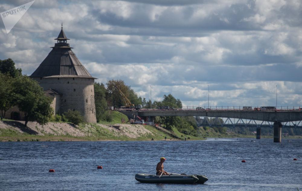 俄罗斯普斯科夫克里姆林宫钟楼和韦利卡亚河大桥