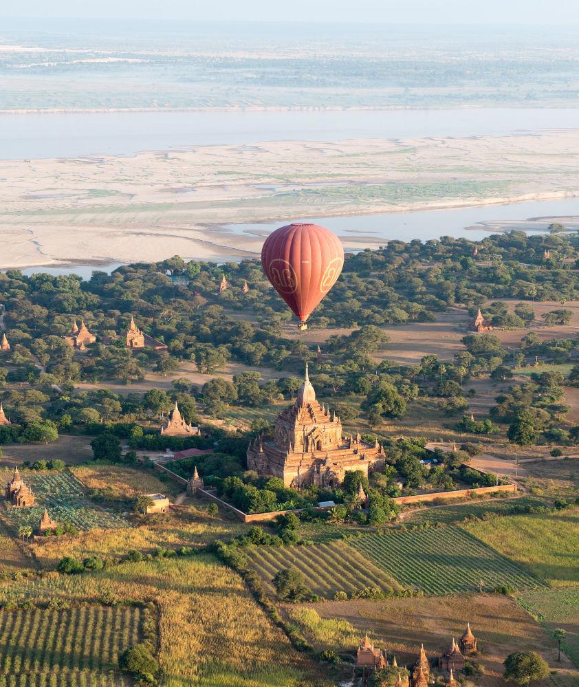 缅甸蒲甘古寺上空的热气球
