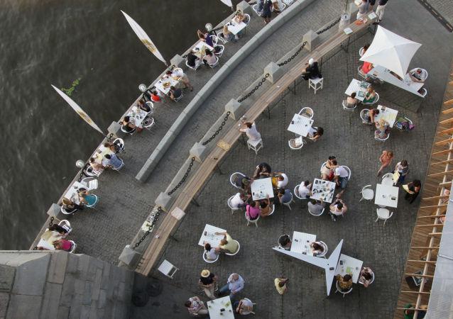民调:俄罗斯青年人外出用餐时大多点红肉仅一成吃鱼