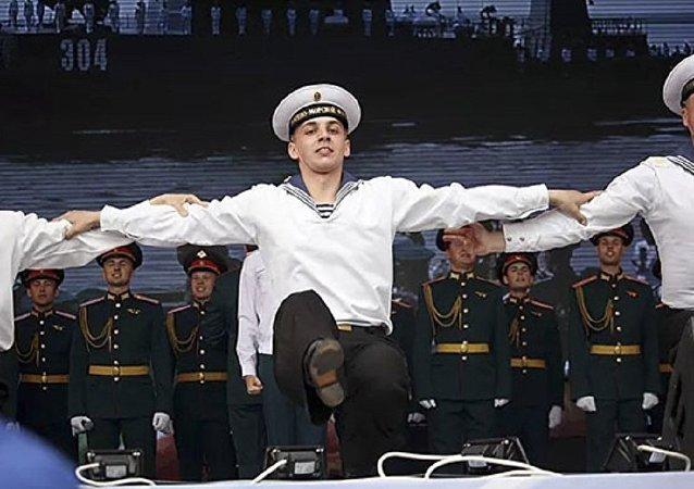 """俄军歌舞团为中国军人演唱""""喀秋莎"""""""