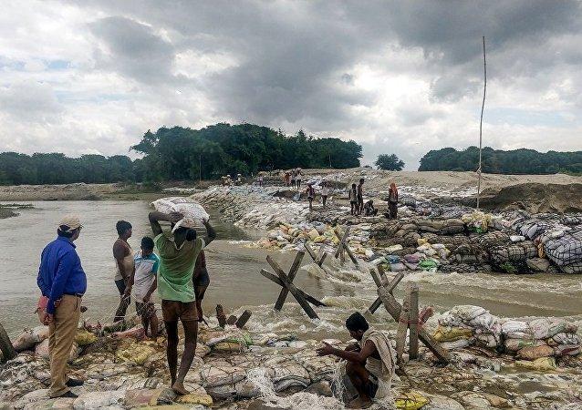 尼泊尔洪水和塌方造成的死亡人数达65人