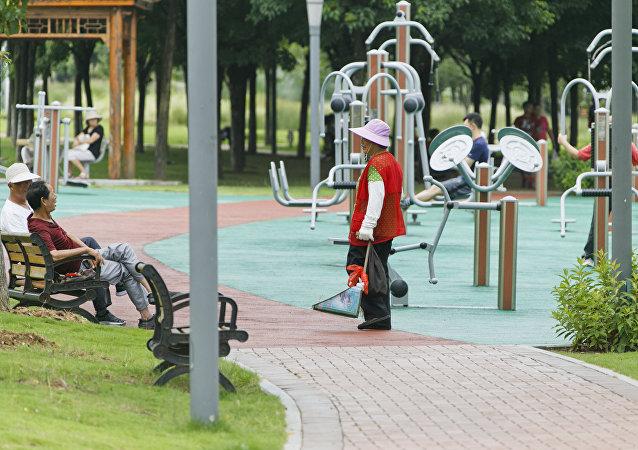 Жители Китая на спортивной площадке
