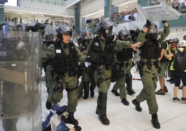 香港警方用橡皮子弹驱散示威者