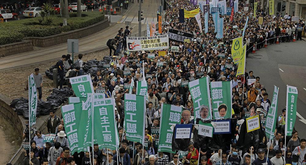 成千上万港人参加新的示威活动