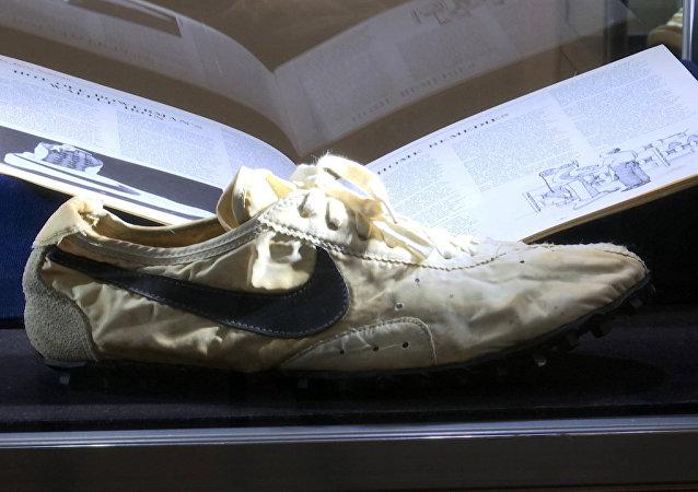 一双1972年耐克运动鞋在美国以43.75万美元拍出 创世界纪录